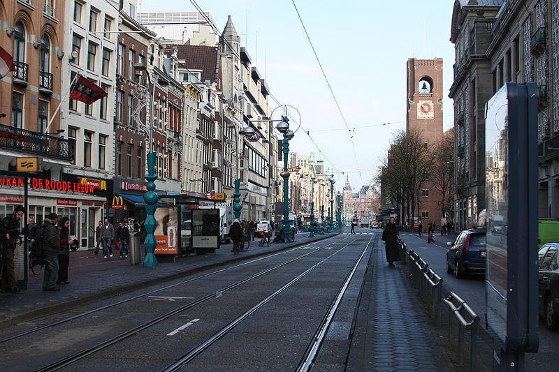 Amsterdam Damrak. Foto door Sterilgutassistentin via Wikimedia