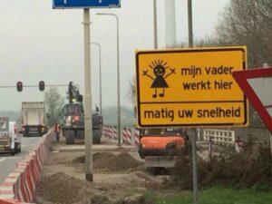 Bijzonder verkeersbord geplaatst aan N11 in Alphen aan den Rijn.