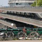 De fietsflat bij het Centraal Station Amsterdam (bron: Wikipedia - AirBete)