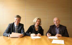 Bij de contractondertekening waren aanwezig: de heer Jan Heijmans (Director Finance, KLM Equipment Services), mevrouw Mathilde E. Bilderbeek (Director Human Resources, KLM Equipment Services) en rechts op de foto, de heer Jan van Noort (Senior After Sales Service Manager BYD).