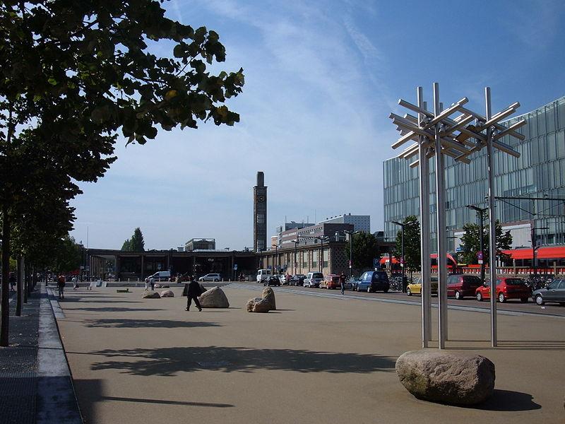 Stationsplein te Enschede (bron: Wikimedia Commons - Kleuske)