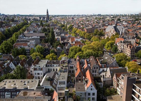 Amsterdam vóór het vernieuwde Polderdak van Rooftop Solutions.