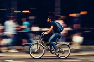 Pictogrammen moeten fietsers stimuleren de fietsverlichting aan te zetten
